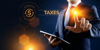 Concetto di finanza di affari di pagamento di imposte rapporto di imposta Uomo d'affari che indica sullo schermo virtuale fotografia stock