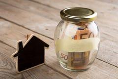 Concetto di finanza del bene immobile - vetro dei soldi con la parola di affitto Immagini Stock Libere da Diritti