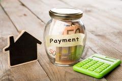 Concetto di finanza del bene immobile - vetro dei soldi con la parola di pagamento Immagine Stock Libera da Diritti