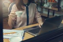 Concetto di finanza e di affari, donna di affari che discute il grafico di analisi delle vendite nella caffetteria immagini stock