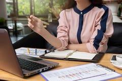 Concetto di finanza e di affari, donna di affari che lavora nella caffetteria immagine stock libera da diritti