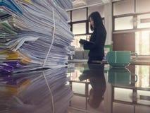 Concetto di finanza e di affari di funzionamento dell'ufficio, mucchio dei documenti non finiti sulla scrivania, fotografie stock libere da diritti