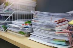 Concetto di finanza e di affari di funzionamento dell'ufficio, mucchio dei documenti non finiti sulla scrivania, pila di carte d' fotografie stock libere da diritti