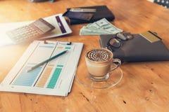 Concetto di finanza e di affari di funzionamento dell'ufficio, scrivania nel giorno lavorativo Fotografie Stock