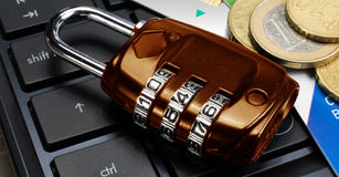 Concetto di finanza e di affari: assicuri la compera online Fotografia Stock Libera da Diritti