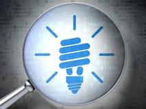 Concetto di finanza: Lampada economizzatrice d'energia con ottico Fotografia Stock