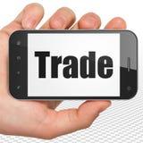 Concetto di finanza: Mano che tiene Smartphone con commercio su esposizione Fotografie Stock