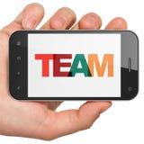 Concetto di finanza: Mano che tiene Smartphone con il gruppo su esposizione Fotografie Stock Libere da Diritti