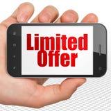 Concetto di finanza: Passi la tenuta dello Smartphone con l'offerta limitata su esposizione Fotografia Stock