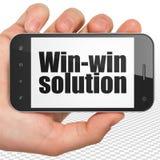 Concetto di finanza: Passi la tenuta dello Smartphone con la soluzione vantaggiosa per entrambe le parti su esposizione Fotografie Stock