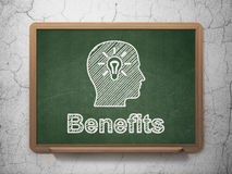 Concetto di finanza: Testa con la lampadina ed i benefici Immagine Stock