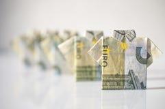 Concetto di finanza: una fila degli uomini fatti con 5 euro fatture ha piegato il simile Immagini Stock Libere da Diritti