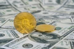 Concetto di Fintech con Bitcoin sulla banconota del dollaro Fotografie Stock