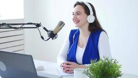 Concetto di flusso continuo e di radiodiffusione Cuffie d'uso della giovane donna e parlare alla stazione radio online stock footage
