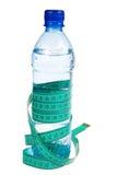 Concetto di forma fisica: Bottiglia con lle roulette (isolate) Immagine Stock Libera da Diritti