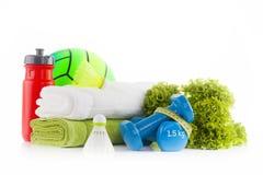 Concetto di forma fisica con l'attrezzatura di sport Asciugamani bianchi e verdi con due teste di legno blu avvolte con nastro ad Fotografia Stock