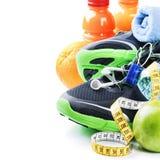 Concetto di forma fisica con le scarpe di sport e la nutrizione sana Fotografia Stock