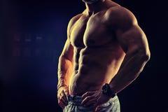 Concetto di forma fisica di culturismo Forte uomo Muscul adatto e sano fotografia stock libera da diritti