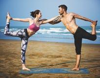 Concetto di forma fisica della tenuta di yoga della donna dell'uomo Immagine Stock