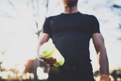 Concetto di forma fisica di allenamento Atleta bello muscolare con il cocktail di frappè della proteina dopo la sessione dura di  Fotografia Stock Libera da Diritti