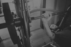 Concetto di forma fisica di esercizio di allenamento di addestramento del peso Immagini Stock Libere da Diritti