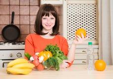 Concetto di forma fisica, di sanità e di dieta - donna sorridente con i frutti immagine stock libera da diritti