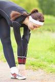 Concetto di forma fisica: Donna caucasica che allunga corpo durante l'all'aperto Fotografia Stock Libera da Diritti