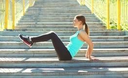 Concetto di forma fisica e di sport - giovane donna che fa allungando gli esercizi Fotografia Stock