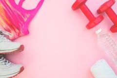 Concetto di forma fisica e sano, attrezzature di sport sul BAC blu del pastello fotografia stock libera da diritti