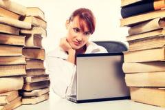 Concetto di formazione Bella giovane donna con la pila di libri con il suo computer portatile su fondo bianco Fotografie Stock Libere da Diritti