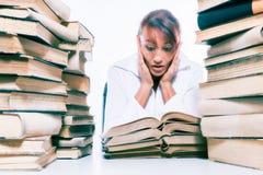 Concetto di formazione Bella giovane donna con la pila di libri su fondo bianco Fotografie Stock Libere da Diritti
