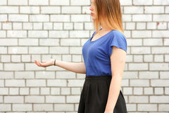 Concetto di formazione La ragazza tiene la sua mano Immagine Stock Libera da Diritti