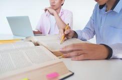 Concetto di formazione Libri dell'istitutore con gli amici Immagine Stock Libera da Diritti