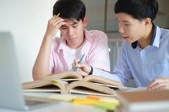 Concetto di formazione Libri dell'istitutore con gli amici Fotografie Stock