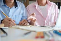 Concetto di formazione Libri dell'istitutore con gli amici Immagine Stock