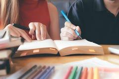 Concetto di formazione Libri dell'istitutore con gli amici Immagini Stock