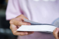 Concetto di formazione Ragazza che legge un libro in biblioteca della scuola Fotografie Stock Libere da Diritti