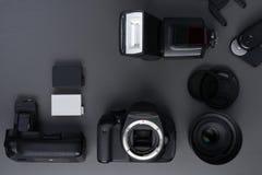 Concetto di fotografia con il flash e i acessories del lense del dslr fotografie stock libere da diritti