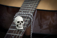 Concetto di fotografia di arte di natura morta con il cranio e la chitarra Fotografie Stock Libere da Diritti