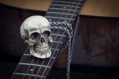 Concetto di fotografia di arte di natura morta con il cranio e la chitarra Immagine Stock