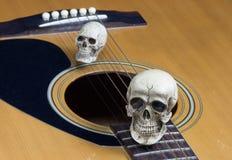 Concetto di fotografia di arte di natura morta con il cranio e la chitarra Fotografie Stock