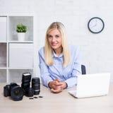 Concetto di fotografia - fotografo professionista della donna con la macchina fotografica, il computer e l'attrezzatura di fotogr fotografia stock