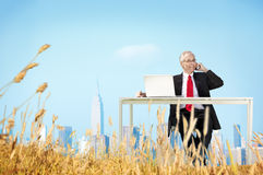 Concetto di fuga di Relaxation Freedom Happiness dell'uomo d'affari Immagini Stock Libere da Diritti