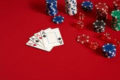 Concetto di gioco dell'attrezzatura e di spettacolo del poker del casinò - vicino su delle carte da gioco e dei chip a fondo ross Fotografia Stock Libera da Diritti