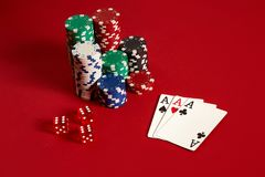 Concetto di gioco dell'attrezzatura e di spettacolo del poker del casinò - vicino su delle carte da gioco e dei chip a fondo ross Fotografia Stock