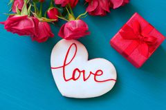 Concetto di giorno di biglietti di S. Valentino della st Le rose rosse ed il contenitore di regalo ed il pan di zenzero freschi c Immagine Stock