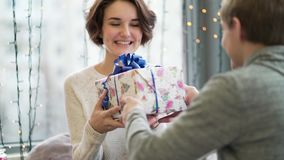 Concetto di giorno del ` s del biglietto di S Una coppia amorosa che celebra giorno del ` s del biglietto di S. Valentino nel ris video d archivio