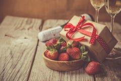 Concetto di giorno del ` s del biglietto di S. Valentino - champagne, fragola e presente fotografie stock