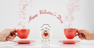 Concetto di giorno di biglietti di S. Valentino con le mani e le tazze Fotografie Stock