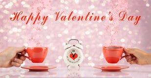 Concetto di giorno di biglietti di S. Valentino con le mani e le tazze Immagine Stock Libera da Diritti